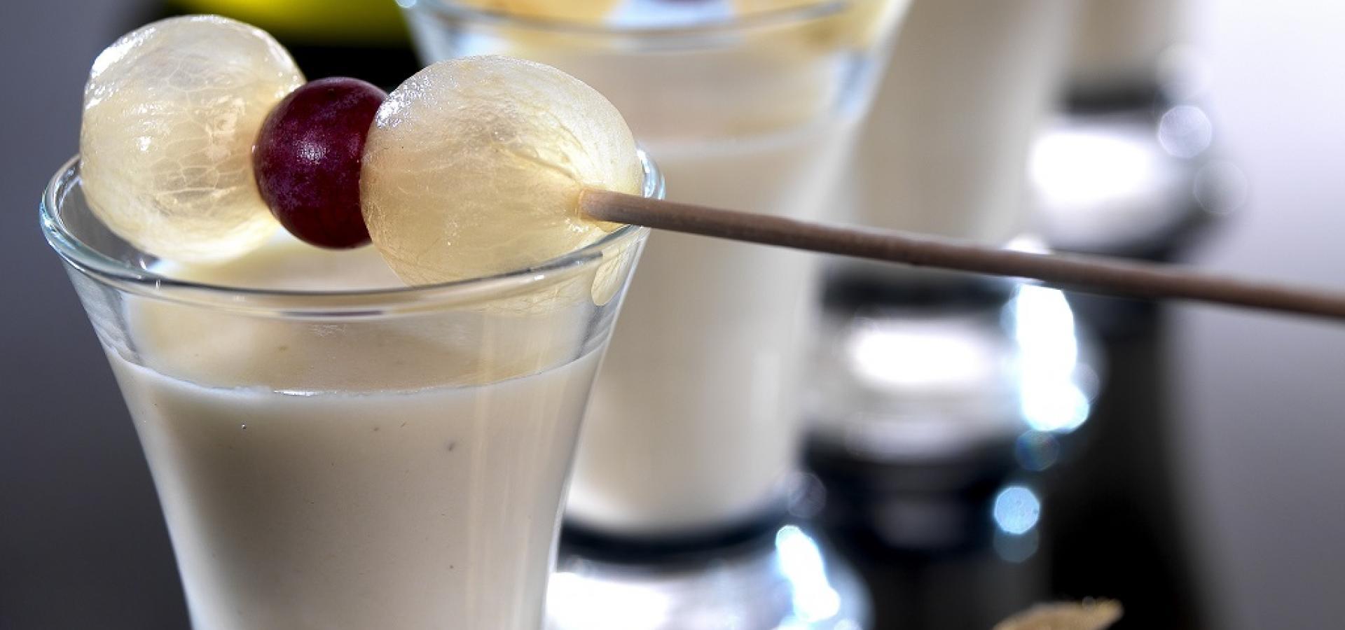 エクストラ・バージン・オリーブ・オイル風味のアーモンド・ぶどうクリームのショットグラス