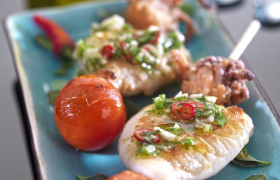 【鉄板焼きレシピ】ホタルイカの串刺し、にんにくとパセリがけ