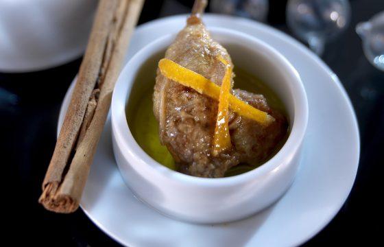 うずら肉チュッパチャプスのオレンジ、シナモン風味のエスカベーシュ